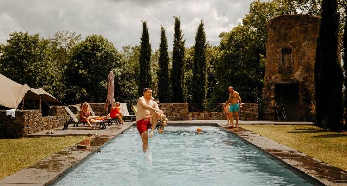 Photo de la piscine du château de Bois Rigaud en Auvergne.
