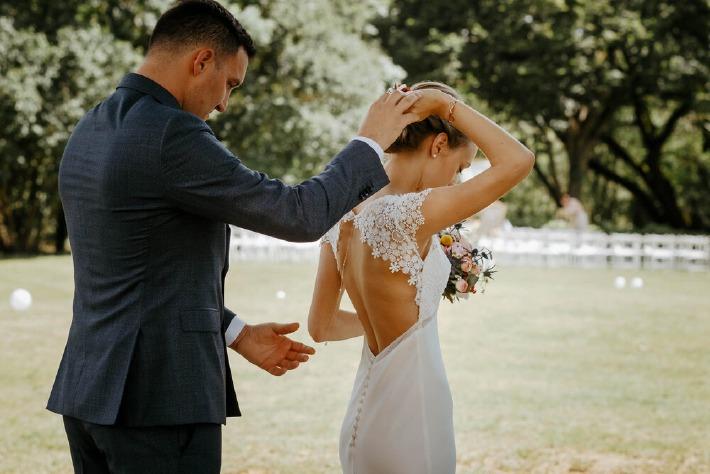 Photo de couple photographié lors d'un mariage simple