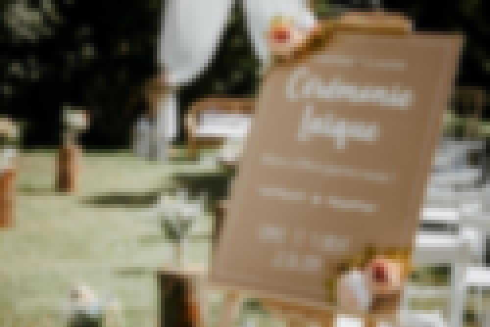 Photo du décor d'une cérémonie laique organisée en extérieur, dans les jardins du château de Bois Rigaud en Auvergne.