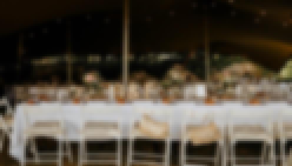 Photo du lancer de la décoration de table d'un mariage organisé en extérieur sous une tente en Auvergne.