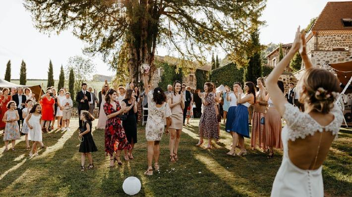 Photo du lancer de bouquet prise lors d'un mariage en Auvergne.