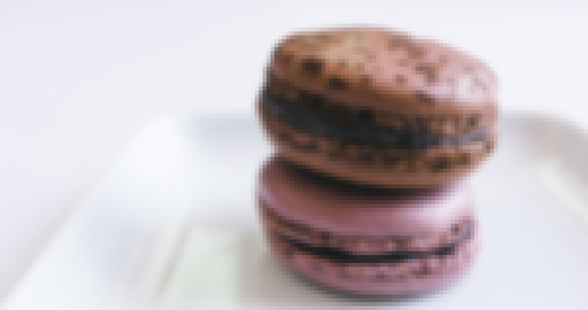 Photo de macarons Ladurée offerts pour un mariage sur le thème du chic