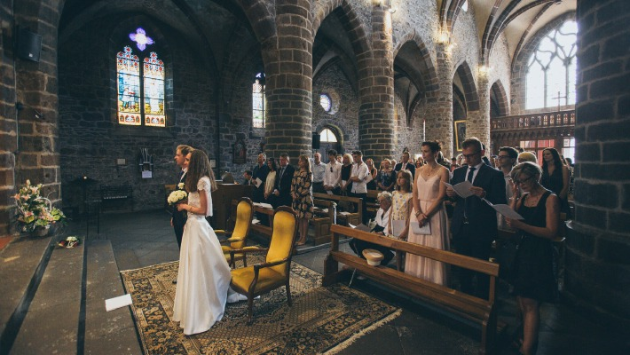 Photo d'une cérémonie de mariage religieuse en Auvergne, organisée sur le thème du chic et de l'élégance