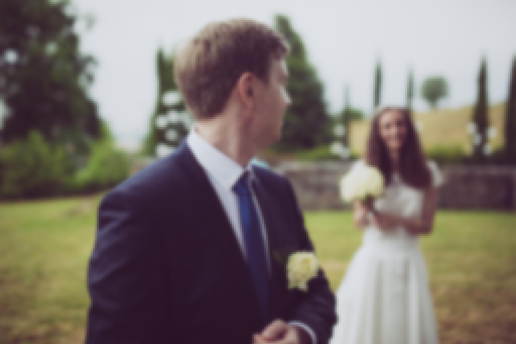 Photo d'un couple photographié lors d'un mariage en Auvergne, sur le thème du naturel chic.