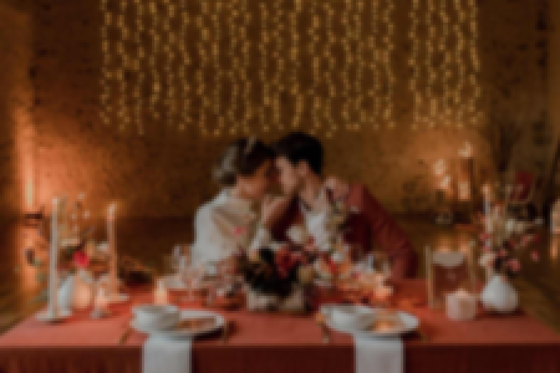 Décoration de mariage avec une table et des mariés, réalisée sur le thème et la couleur terracotta