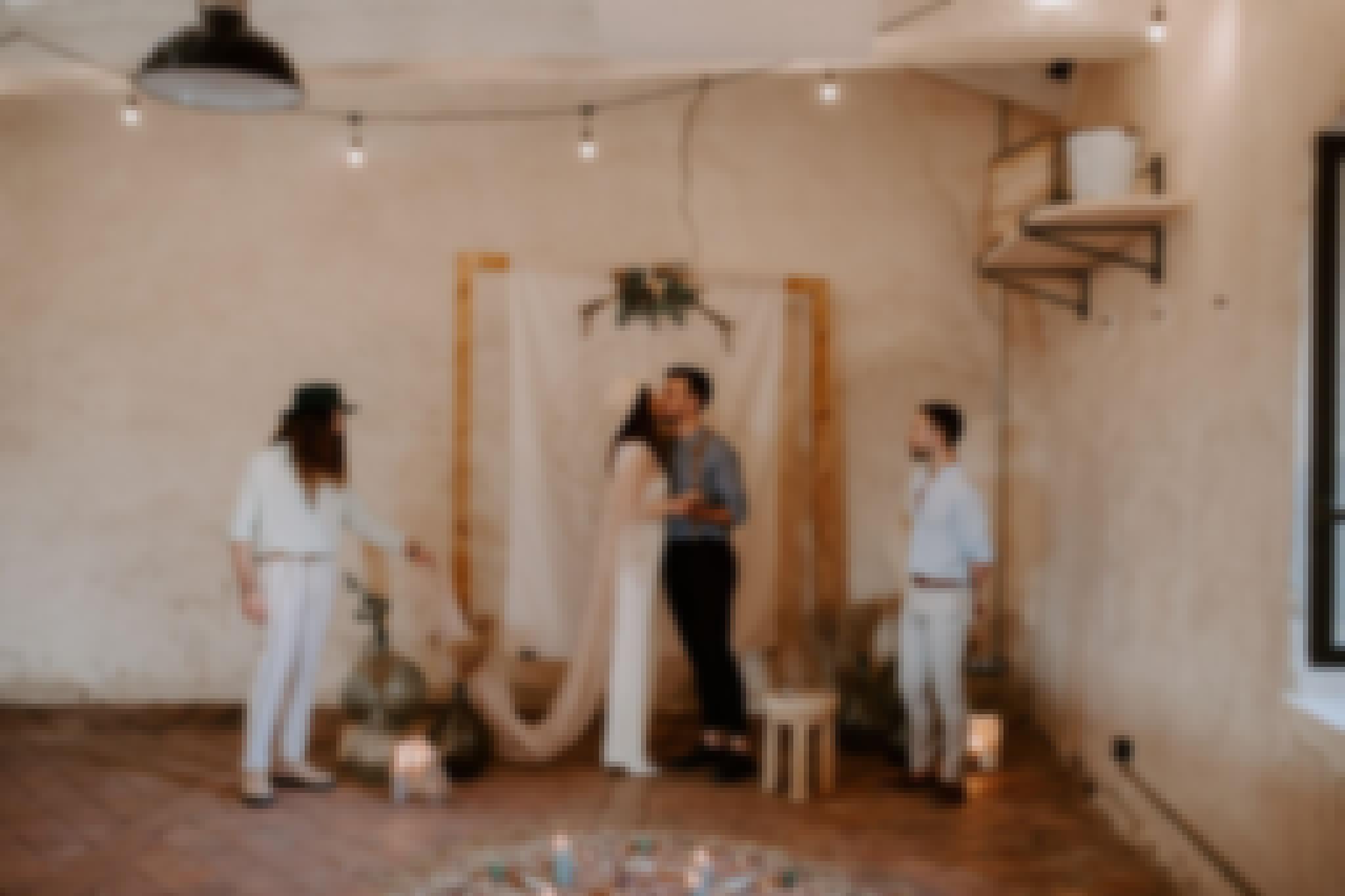 Cérémonie de mariage décorée sur le thème du mariage terracotta