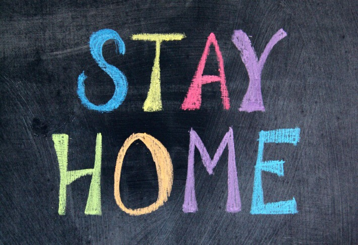 Tableau avec le message 'stay at home'