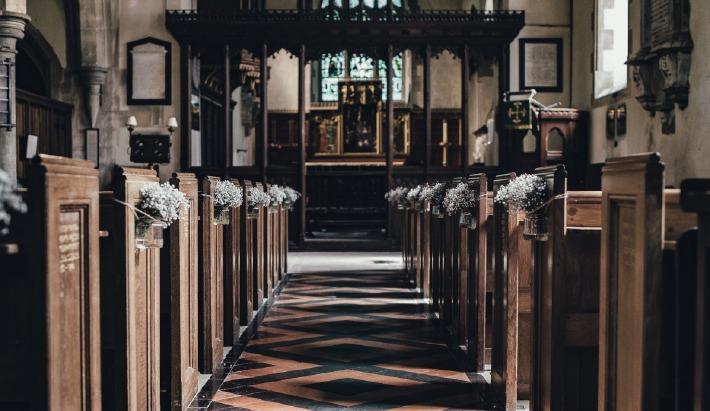Photo d'une cérémonie de mariage à l'église durant la pandémie de covid 19