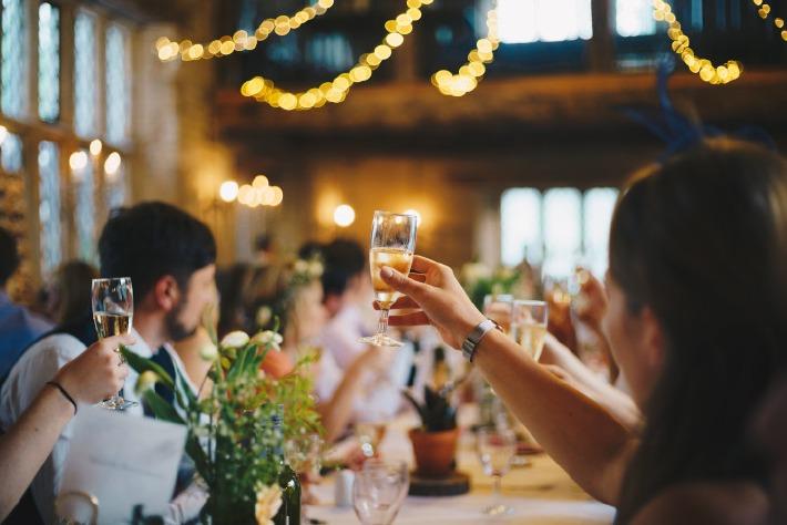 Invités portant un toast à la gloire des mariés lors d'un mariage