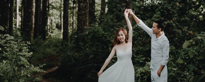 Photo d'engagement d'un couple organisé en pleine nature pour leur mariage