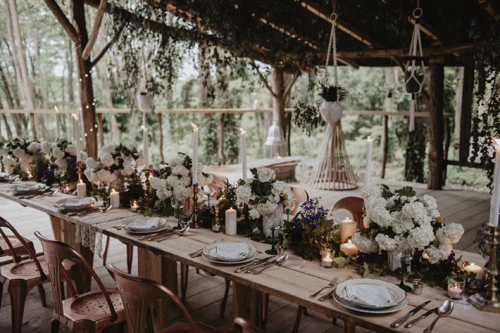 Décoration et tables dressées pour un mariage organisé en pleine nature dans un bois