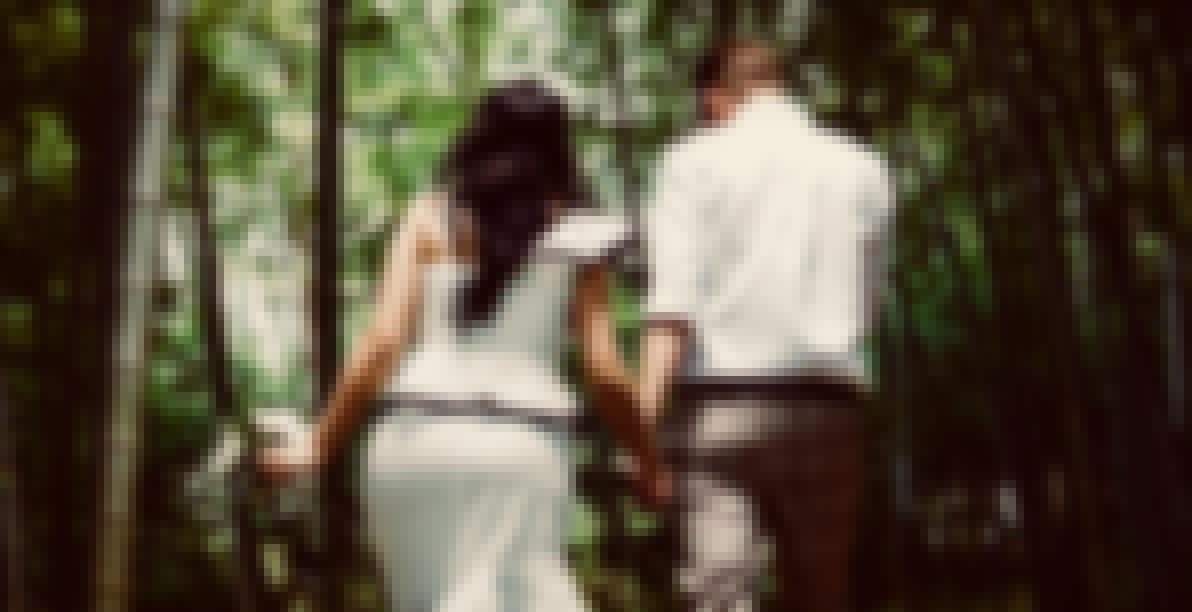 Photo de couple réalisée dans une forêt pour un mariage champêtre
