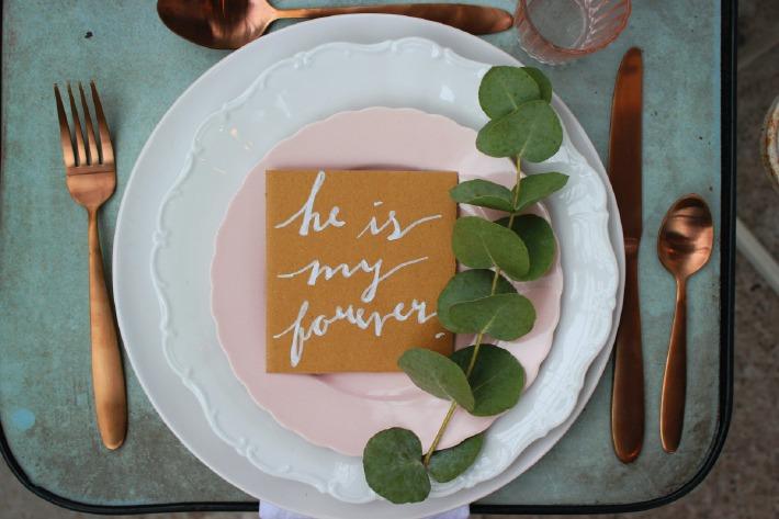 Photo de la décoration d'une table de mariage sur le thème de l'écologie et de l'environnement