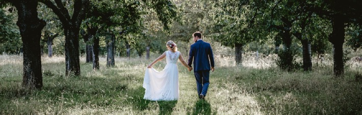 Photo d'un couple prise le jour de leur mariage avec en arrière plan une forêt, organisé sur le thème de la nature et de l'environnement