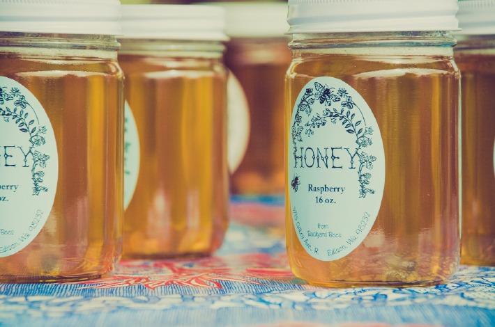 Photo d'un pot de miel offert comme un cadeau pour un mariage