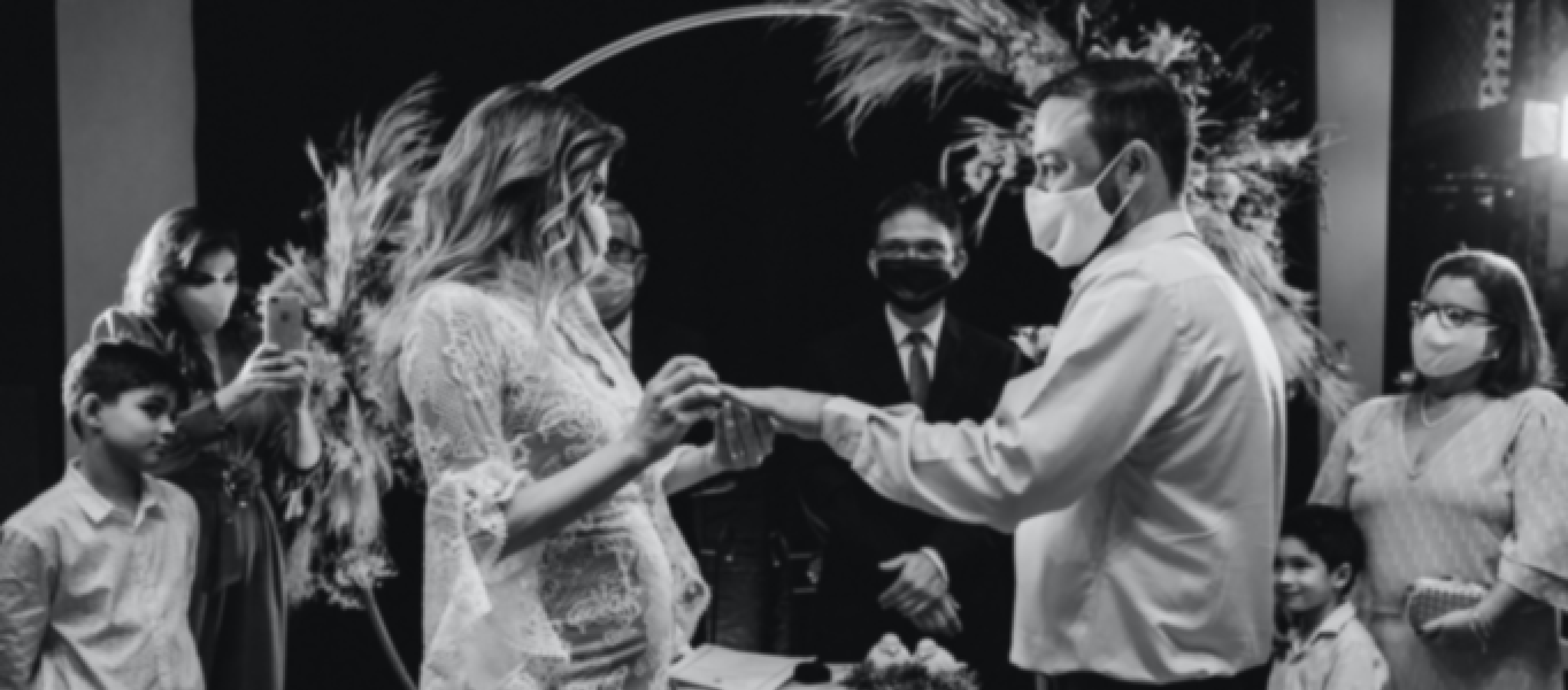 Photo d'un couple le jour de leur mariage en période de covid
