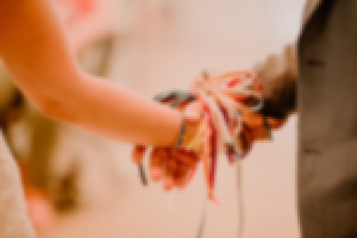 Photo d'un rituel du mariage des rubans organisé en Auvergne, au château de Bois Rigaud