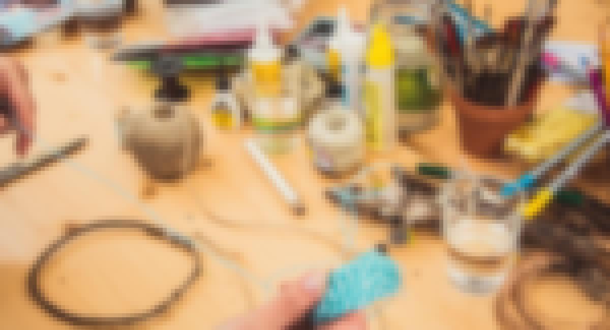 Photo d'une personne en train de réaliser un atelier DIY pour son mariage champêtre