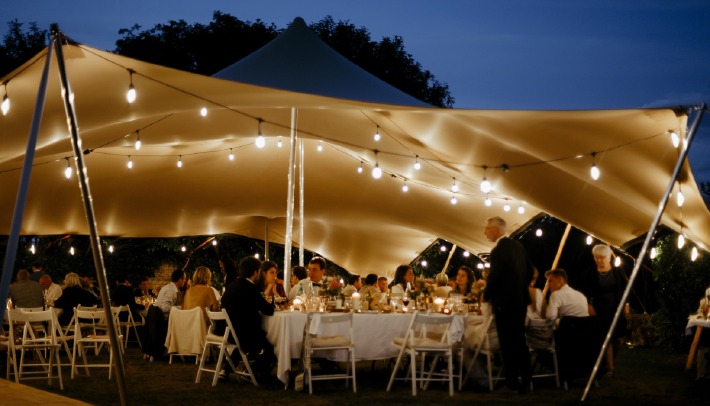 Décoration d'un mariage champêtre organisé sous une tente en extérieur au château de Bois Rigaud dans le Puy-de-Dôme