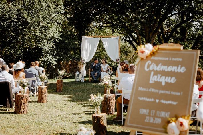 Photo d'une cérémonie laique organisée en extérieur dans un décor champêtre au château de Bois Rigaud en Auvergne.