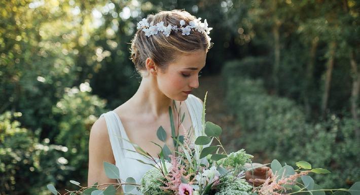 Mariée portant une couronne de fleurs pour son mariage