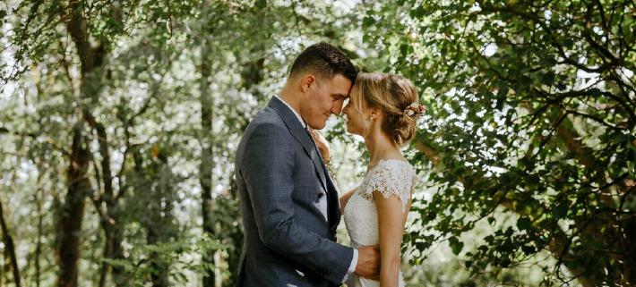 Photo d'un couple réalisé en extérieur, dans les bois du château de Bois Rigaud à l'occasion d'un mariage dans le Puy-de-Dôme