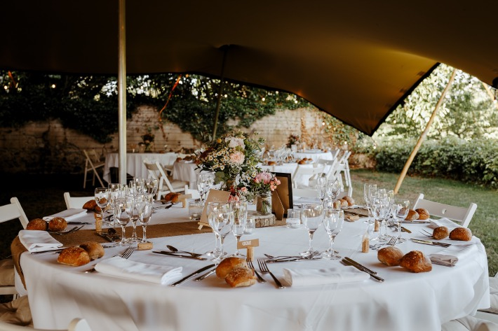 Décoration d'un mariage champêtre organisé sous une tente en extérieur