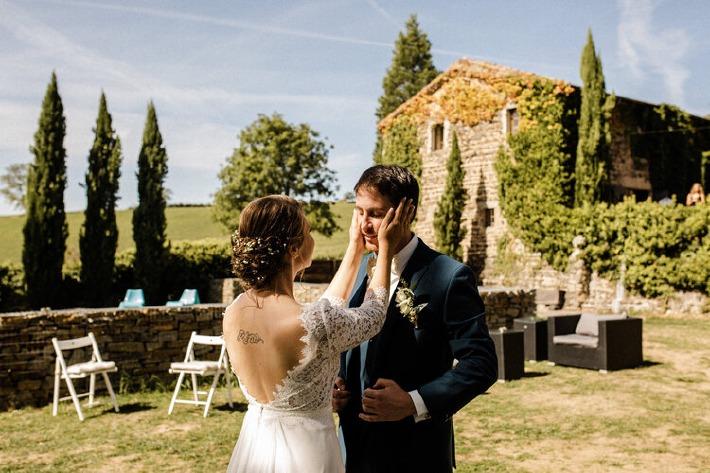 Photo d'un couple de mariés lors de leur mariage au château de Bois Rigaud prise par Callènes Films