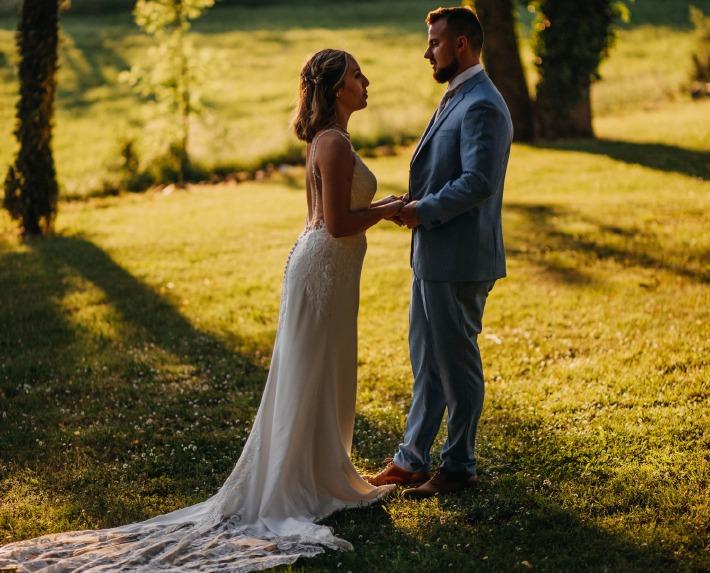 Photo d'un couple de mariés lors de leur mariage au château de Bois Rigaud prise par Amandine Leroy