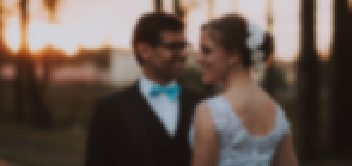 Photo d'un couple de jeune marié souriant