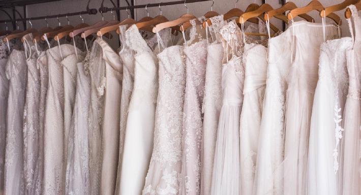 Photos de robes de mariées dans une boutique de créateurs