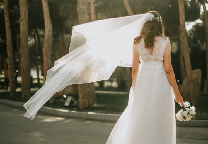 Photo d'une mariée le jour de son mariage après des mois de préparation et d'organisation