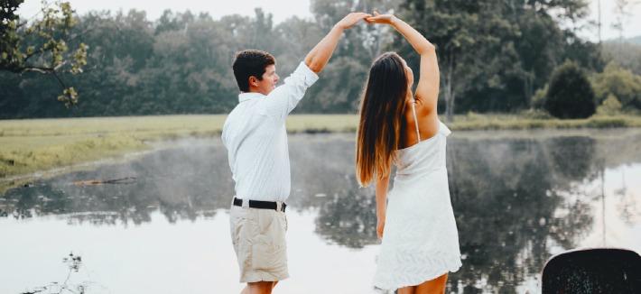 Photo d'un couple prise lors d'une séance engagement avant leur mariage
