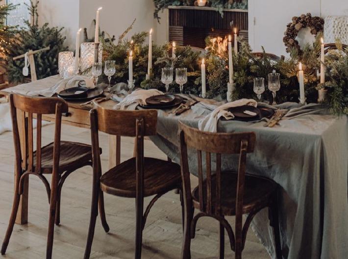 Photo d'un centre de table de mariage avec des bougies et des fleurs
