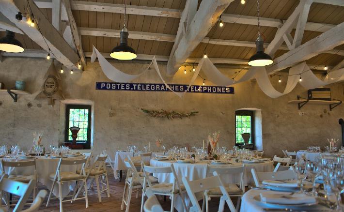 Photo de tables de mariages rustiques au château de Bois Rigaud dans le Puy-de-Dôme