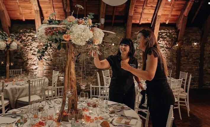 La wedding planner Hera Mariage en train de décorer une table de mariage en Auvergne