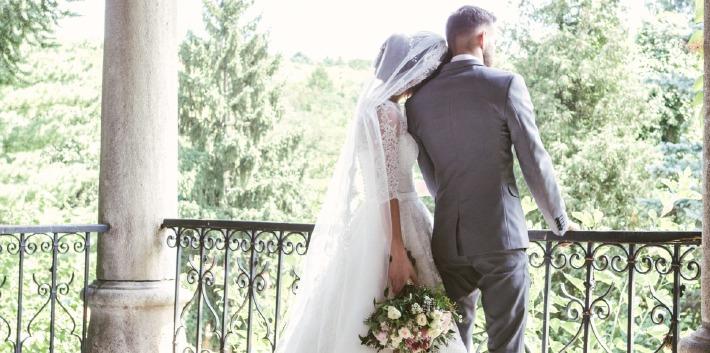 Photo d'un couple prise à l'occasion de l'organisation de leur mariage de rêve en Auvergne, organisée par un wedding planner de formation