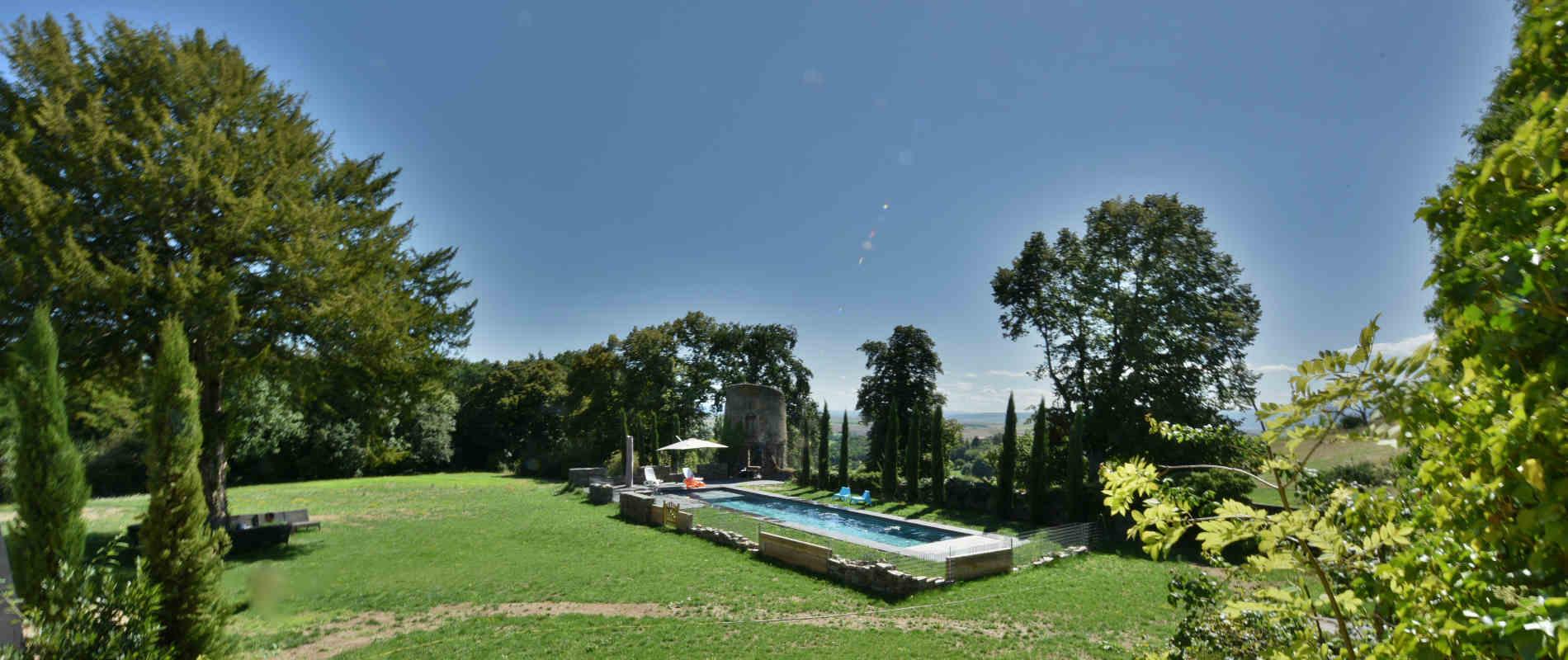 Photo de la piscine chauffée extérieure du château de Bois Rigaud en Auvergne-Rhone-Alpes