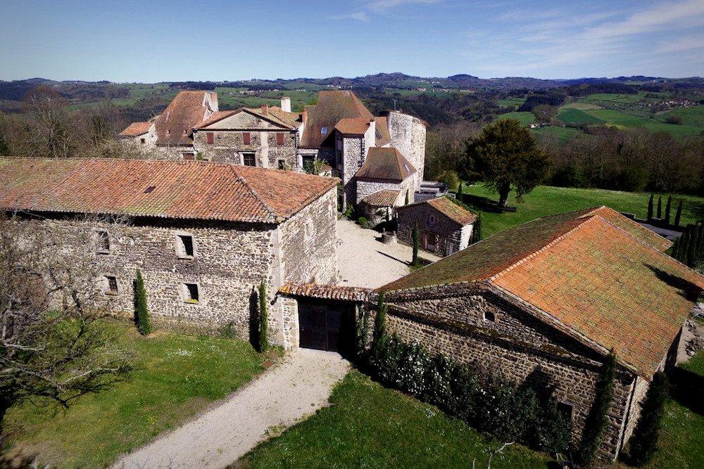 Photo d'une salle de réception prise au château de Bois Rigaud près d'Issoire, décorée à l'occasion d'un séminaire dans le Puy-de-Dôme.