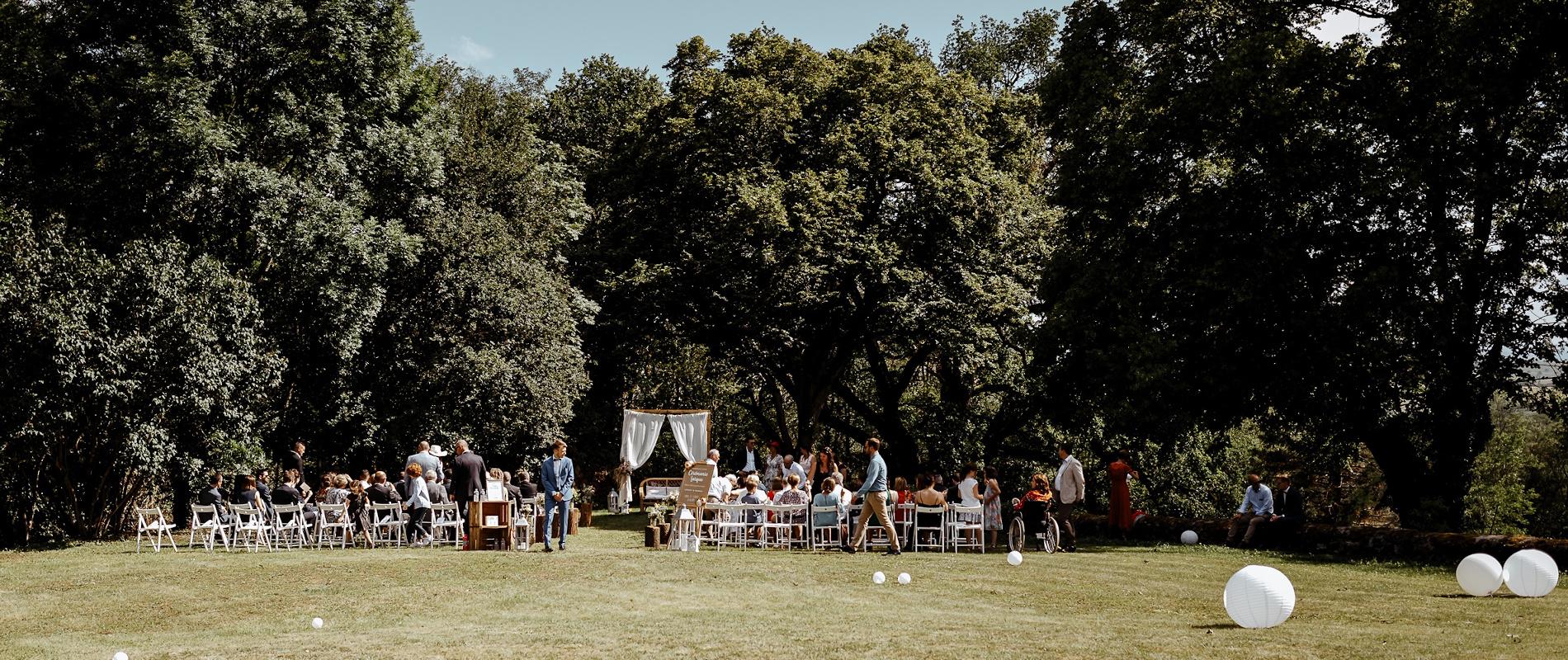 Photo d'une cérémonie laique organisée en extérieur, lors d'un mariage champêtre au château de Bois Rigaud dans le Puy-de-Dôme