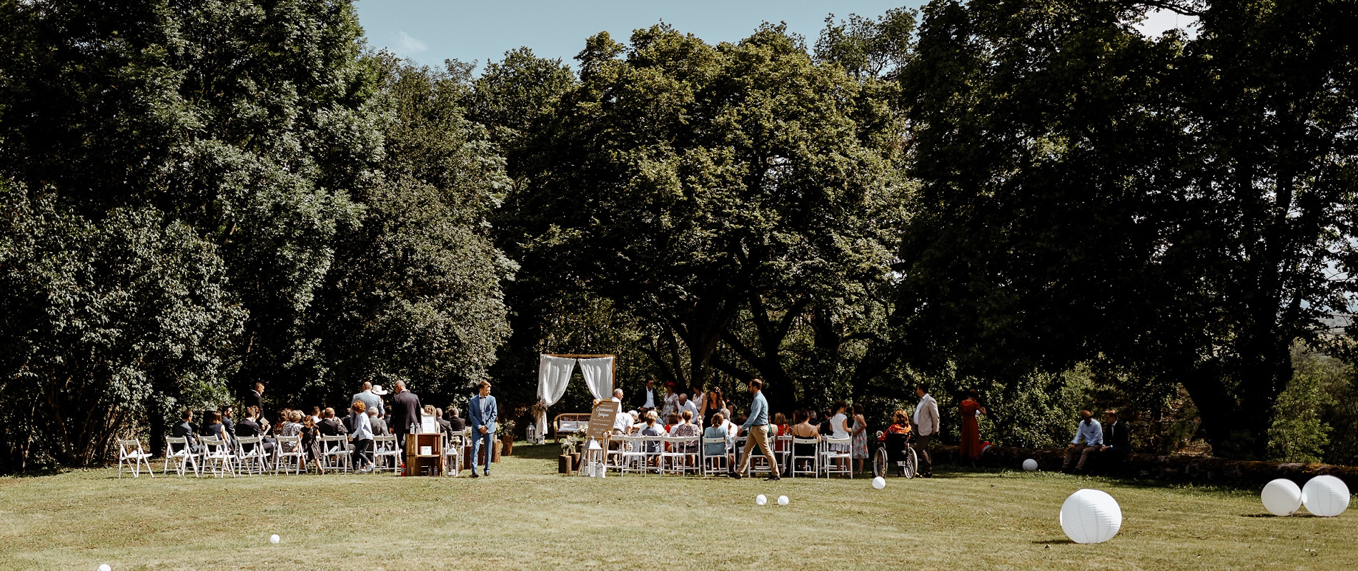 Wedding ceremony celebrated in the gardens of Château de Bois Rigaud