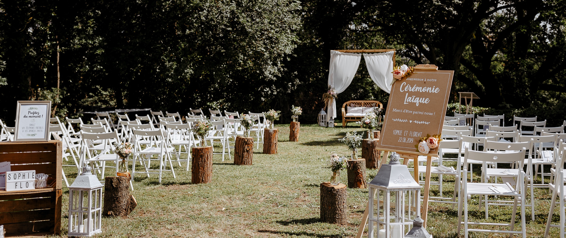 Decoration of an outdoor wedding ceremony organized in Château de Bois Rigaud's garden, with white chairs.