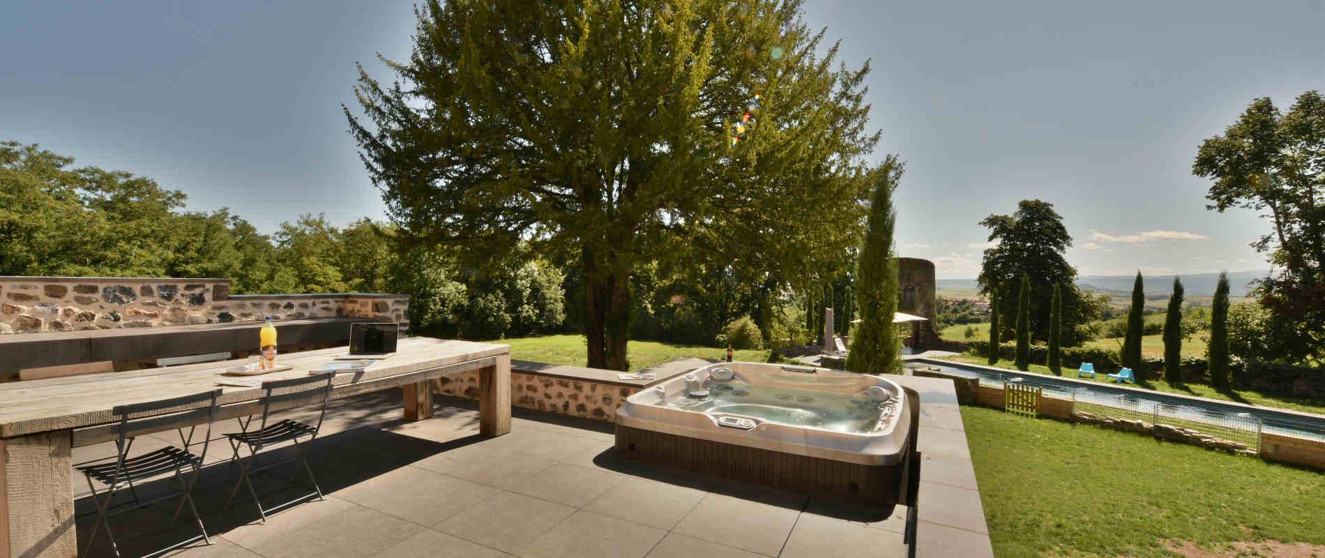 Outdoor jacuzzi and wellness area of Château de Bois Rigaud