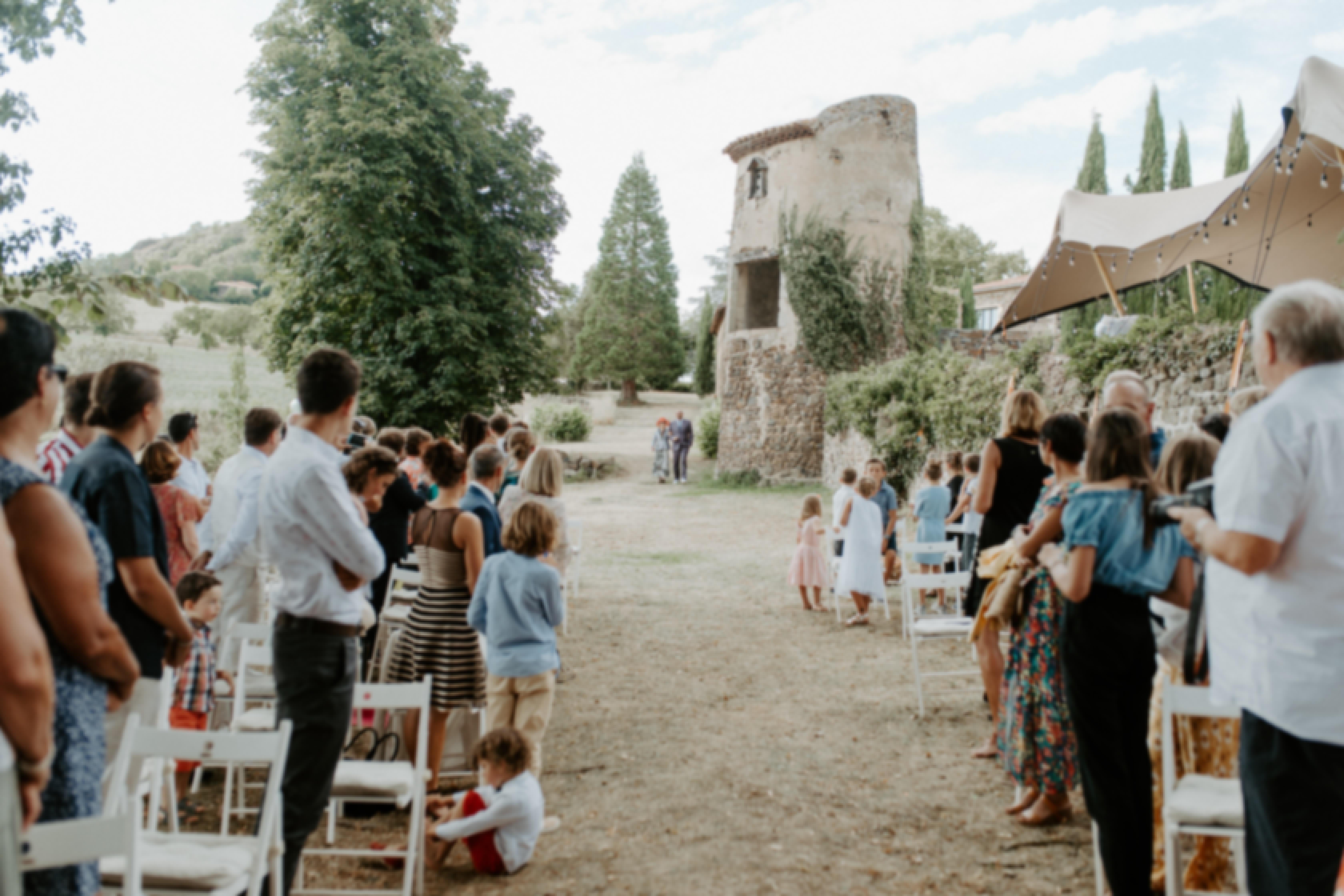 Outdoor wedding ceremony in château de Bois Rigaud's gardens