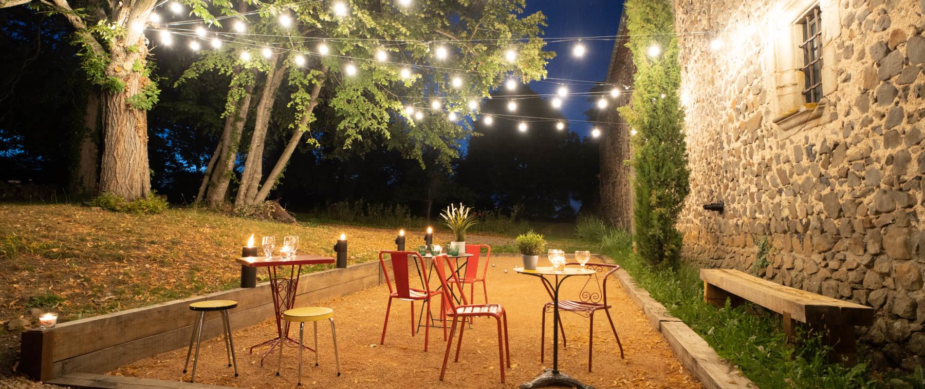 Photo du décor d'une cérémonie de mariage organisée dans les jardins du château de Bois Rigaud près de Clermont-Ferrand