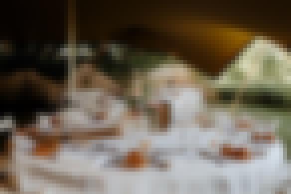Photo des tables mises en place à l'occasion d'un mariage champêtre organisé en extérieur dans les jardins du château de Bois Rigaud près de Clermont-Ferrand