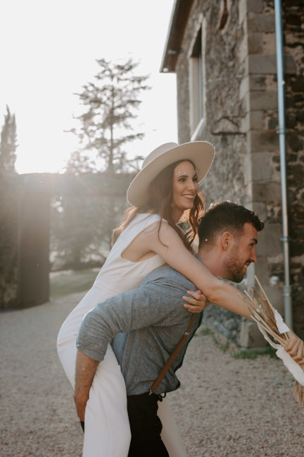 Photo d'un couple célébrant leur mariage au Château de Bois Rigaud en Auvergne