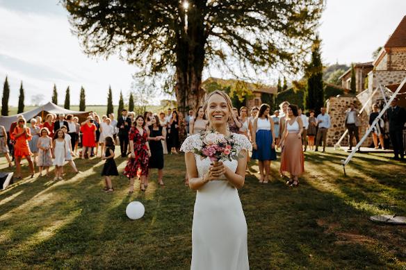 Photo d'un lancé de bouquet de mariée, prise à l'occasion d'un mariage célébré en Auvergne, au Château de Bois Rigaud près d'Issoire dans le Puy-de-Dôme.