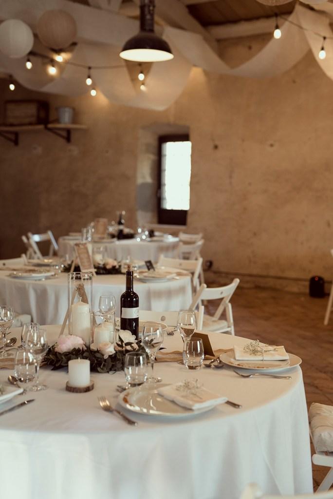 Photo d'une cérémonie laique prise au château de Bois Rigaud lors d'un mariage célébré dans l'une des salles de réception du domaine en Auvergne.