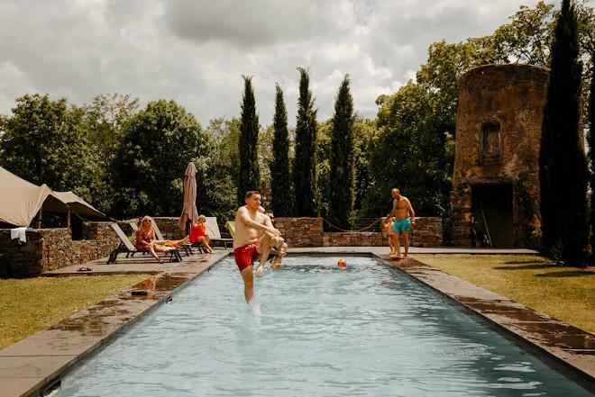 Photo d'une personne plongeant dans la piscine chauffée du château de Bois Rigaud en Auvergne près d'Issoire